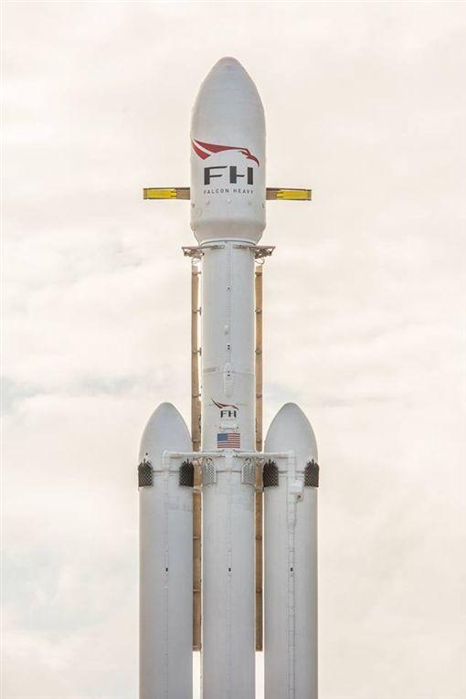 美國太空索求科技公司的新型獵鷹重型運載火箭,今天從佛羅里達州卡納維爾角甘迺迪太空中間發射升空,攜載執行長馬斯克的特斯拉跑車奔向火星四周的軌道。(圖/翻攝自SpaceX臉書)