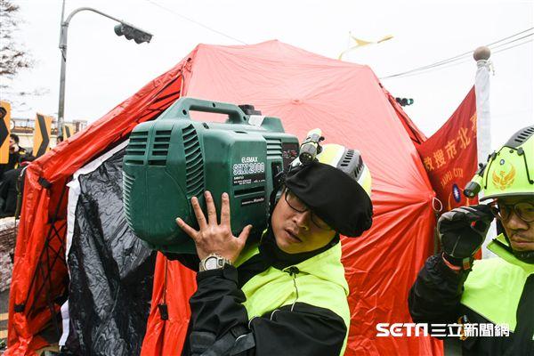 花蓮強震,雲門翠堤大樓現場,搜救隊發電機進駐。 圖/記者林敬旻攝