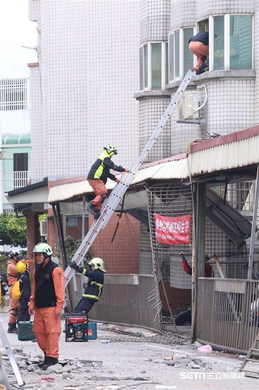 花蓮國盛六街2、4號救援人員盤梯上樓逐層搜索/記者蔡世偉攝影