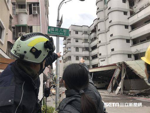 花蓮地震 國盛六街白金雙星大廈住戶詢問救援人員是否有看到她的寵物烏龜/記者蔡世偉攝影