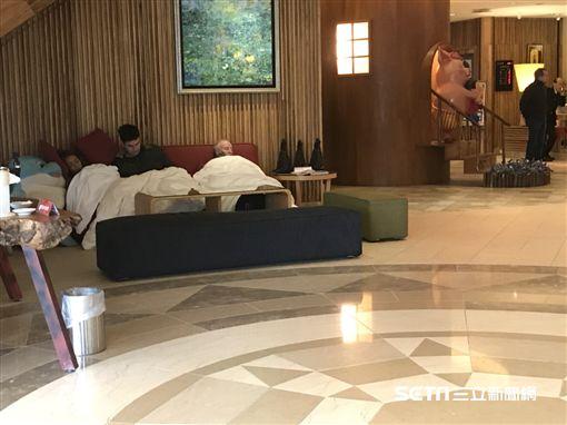 花蓮翰品酒店,強震,旅客,大廳。(圖/記者馮珮汶攝影)