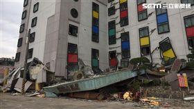 花蓮統帥飯店嚴重受損,4樓變成1樓,1到3樓遭壓扁,2名原在1樓大廳的員工,目前經由搜救犬及生命探測器確認仍生還,116名搜救隊員正積極搶救中(呂品逸攝)