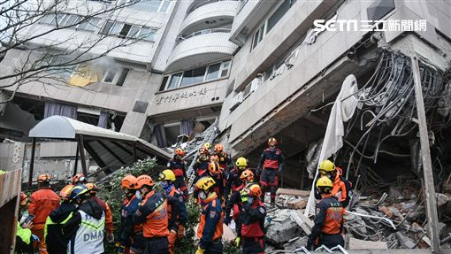 花蓮強震,雲門翠堤大樓現場,一樓悶燒,搜救暫停並灑水。 圖/記者林敬旻攝