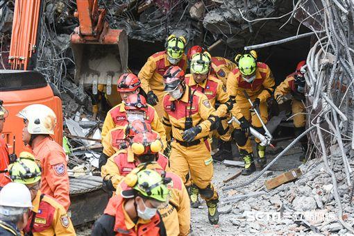 花蓮強震,統帥大飯店現場,強震不斷,搜救人員緊急撤出。 圖/記者林敬旻攝