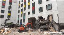 花蓮地震 統帥大飯店東面以重機具開挖、西面以搜救隊輕型機具破壞/記者呂品逸攝影