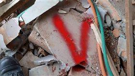 雲門翠堤大樓,紅色「V」字代表希望(圖/翻攝自侯友宜臉書)