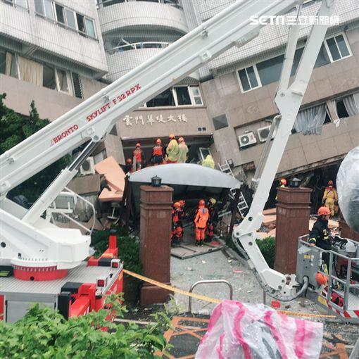 因地震倒塌的雲門翠堤大樓(圖/記者盧冠妃攝影)