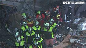 花蓮強震,2月7日晚間雲門翠堤搜救現場,搜救人員遇地震撤出。