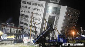 花蓮強震,2月7日晚間雲門翠堤搜救現場。 圖/記者林敬旻攝