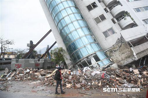 花蓮強震,雲門翠堤大樓現場,搜救人員持續搶救中。 圖/記者林敬旻攝