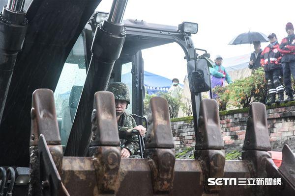 花蓮強震,雲門翠堤大樓現場,搜救人員持續搶救中,國軍大型機具進場。 圖/記者林敬旻攝