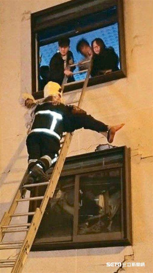 花蓮,救災,統帥大飯店,熱心女住客背中風老先生到窗外獲救。(圖/記者馮珮汶攝)