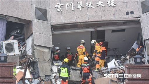 花莲强震,云门翠堤大楼现场,搜救人员持续抢救中。 图/编辑林敬旻摄