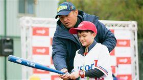 張泰山出席「英語小小棒球尖兵」冬令營擔任一日教練。(圖/寶悍提供)