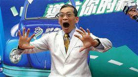 國泰醫院物理治療師簡文仁示範「開車醒腦操」。(圖/楊晴雯攝)