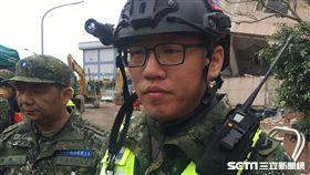 陸軍二支部上士蔡哲文也是受災戶,卻犧牲假期救災_ 記者冠妃攝