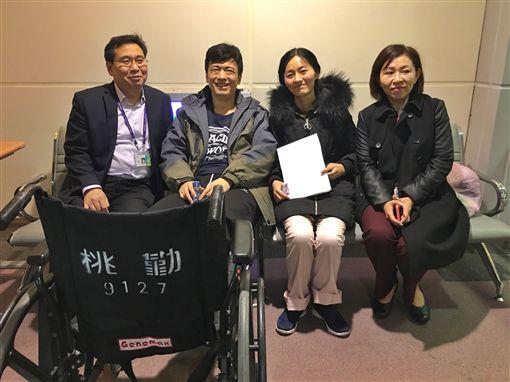 陸客地震腳傷提前返家  感謝台灣(1)來台自由行的陸籍旅客宋先生(左2)與宋太太(右2),在花蓮獲救後,8日提前搭機返回中國大陸,他們相當感謝台灣相關單位提供的協助與幫忙。中央社記者吳睿騏桃園機場攝 107年2月8日