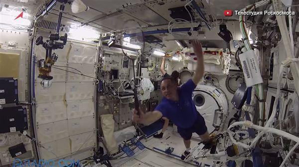 ▲太空人在無重力的太空艙中打羽球。(圖/翻攝自youtube)