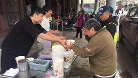 日本拉麵店老闆帶員工到花蓮災區提供拉麵。(圖/翻攝自Mr.拉麵臉書)
