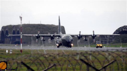 新加坡C-130軍機運送物資到花蓮機場(圖/翻攝畫面)