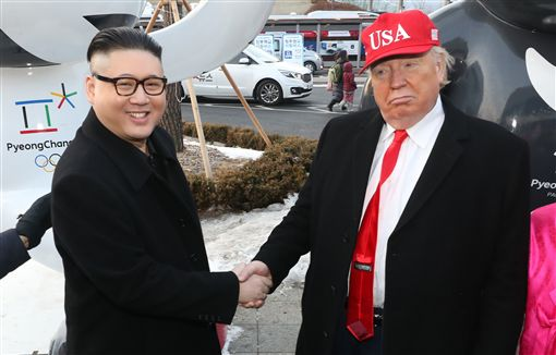 ▲韓國人KUSO金正恩與川普握手。(圖/美聯社/達志影像)