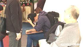 花蓮雲門翠堤(雲翠)漂亮生活旅店罹難者 韋嘉兒子趕赴靈堂抱遺照痛哭 圖/記者呂品逸攝影