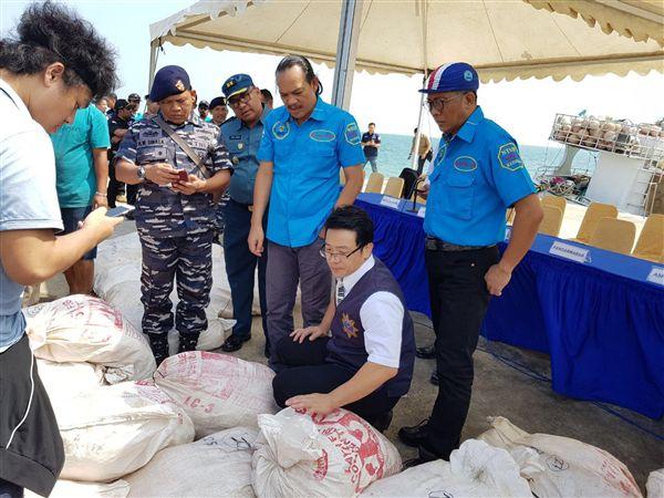 台印尼警聯手 破獲1公噸安毒逮4台嫌台灣警方和印尼警方合作,9日在巴淡島海域,攔查偽裝的台灣漁船,查獲一公噸安非他命,並拘系船上4名台灣嫌犯。(印尼警方提供照片)中心社記者周永捷雅加達傳真 107年2月10日