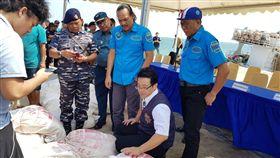 台印尼警聯手 破獲1公噸安毒逮4台嫌 台灣警方和印尼警方合作,9日在巴淡島海域,攔查偽 裝的台灣漁船,查獲一公噸安非他命,並逮捕船上4名 台灣嫌犯。 (印尼警方提供照片) 中央社記者周永捷雅加達傳真 107年2月10日