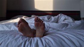 睡覺,睡姿,仰睡,男性,休息 (圖/Pixabay)