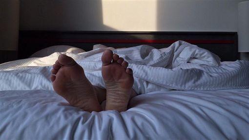 睡覺,睡姿,仰睡,男性,休息(圖/Pixabay)