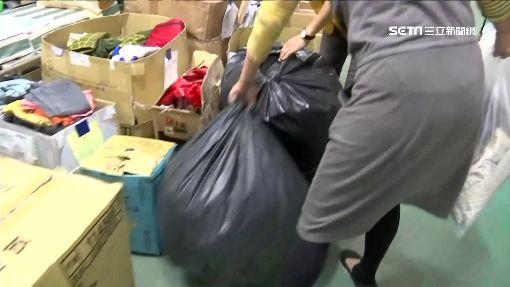 發霉棉被.黃枕頭送災區 志工累翻忙分類 ,黑色塑膠袋