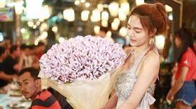 玫瑰花,現鈔,泰銖,泰國,花束,錢,生日,禮物,情人節 圖/翻攝自Bam Barbie臉書 https://goo.gl/WDX9kh