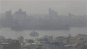 高雄港空氣品質不佳根據環保署空氣品質監測網,26日台灣高屏地區空氣品質指標(AQI)多達對所有族群不健康的紅色等級,提醒民眾減少外出或做好防護。圖為高雄港空氣品質不佳,天空一片灰濛濛。中央社記者董俊志攝 106年12月26日