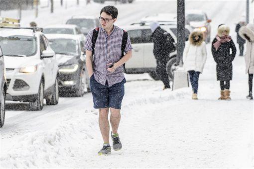 美國威斯康辛州男大生穿短衣短褲走在冰天雪地中(圖/翻攝自推特)