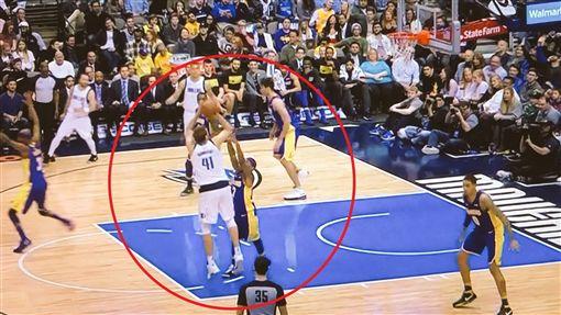 Isaiah Thomas守到Dirk Nowitzki(圖/翻攝自PURE NBA推特)