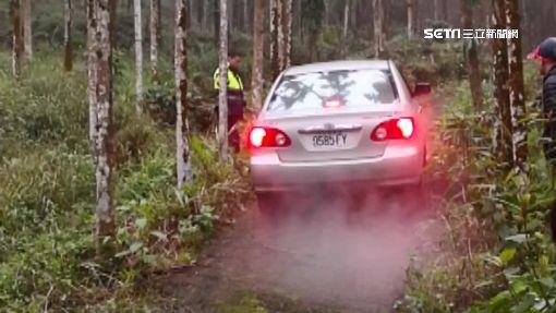 探祕境「迷航」深陷泥路!警察徒手搬石塊幫助民眾脫困