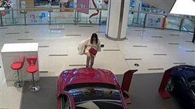 大陸南京有一名王姓女子喝醉後和同事逛街時,突然失控發酒瘋,走到展示汽車愛快羅密歐(Alfa Romeo)前狂踢引擎蓋7至8腳,甚至還脫下靴子猛砸車窗玻璃,把新車踹成二手車。目前業者準備提告,打算向王女索要15萬元人民幣(約新台幣69.9萬元)。(圖/翻攝自荔枝新聞)
