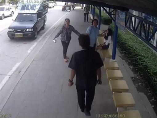 泰國,春武里府,公車,踩空,摔倒,滑手機,司機,上車,下車,乘客(圖/翻攝自Ohmi Gawt YouTube)