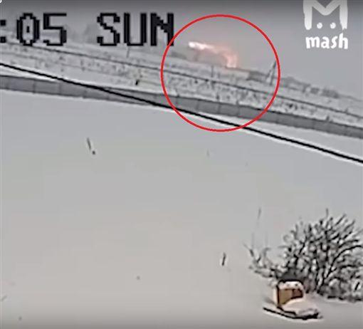 俄羅斯薩拉托夫航空公司有一架「An-148」客機墜毀在莫斯科郊區,機上71人全數罹難。《美國廣播公司》提供一段從據稱是墜機的瞬間影片,可看到畫面上出現一道火光,最後客機墜落在雪地中。(圖/翻攝自YouTube《Kullverstukas》)