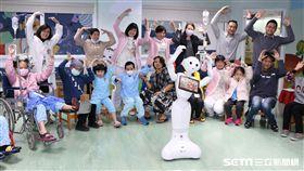 Pepper機器人現身北榮兒童病房,提前陪伴病童過新年。(圖/台北榮總提供)