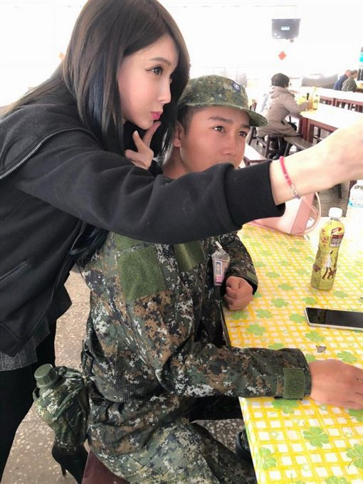 正妹,辣媽,懇親,探視,國軍(圖/翻攝自加藤軍台灣粉絲團 2.0臉書)