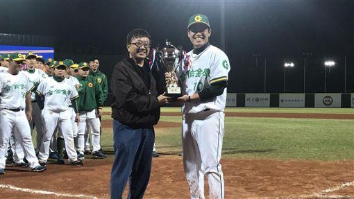 ▲合作金庫隊長林瀚(右)從中華棒協秘書長林宗成手上接過爆米花聯賽冠軍盃。(圖/中華棒協提供)