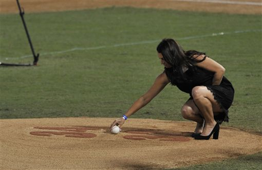 ▲Halladay的遺孀為師長教師獻上最後一顆球。(圖/美聯社/達志影像)