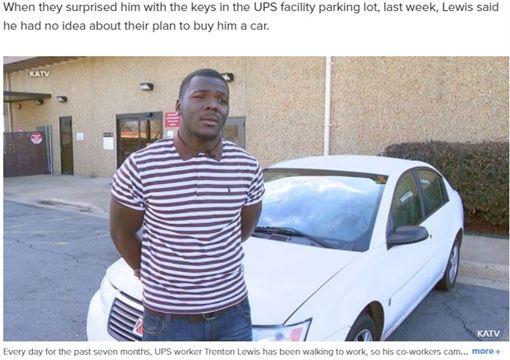 美國阿肯色州一名21歲新手爸爸路易斯(Trenton Lewis)為了養女兒,每天花3小時,徒步5英里(約8.04公里)上班,他的同事得知後,決定集資一台轎車送他,讓路易斯相當感動,直呼「我的心臟都要停了,這不是真的!」(圖/翻攝自abcnews)