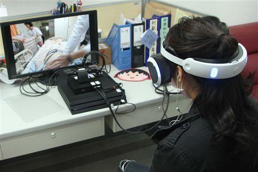 預先思考生死大事  虛擬體驗臨終更有感奇美醫學中心推出電腦互動式觸控遊戲及虛擬實境體驗,讓體驗者感受疾病與衰老的醫療處境,希望推廣民眾自主預立醫療決定。中央社記者楊思瑞攝  107年2月13日