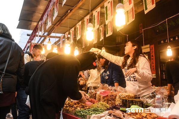 農曆過年前夕,民眾前往迪化街採買年貨,人潮湧現,出動警方交通管制。 圖/記者林敬旻攝