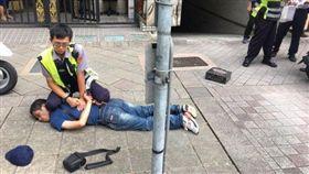 台北市士林警分局芝山岩派出所警員李閎緯,一個飛撲,將搶匪林耿弘撂倒制伏。翻攝