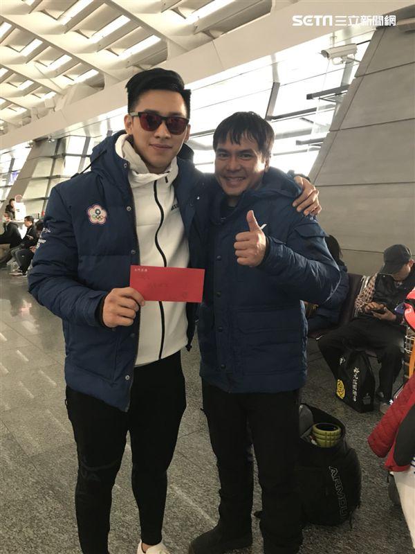 ▲連德安今日抵返台灣,教練特地準備紅包給與鼓勵。(圖/記者蔡宜瑾攝影)