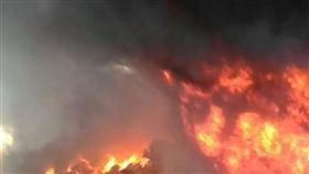 印度造船廠內一艘維修船隻爆炸,造成5死11傷(圖/翻攝自推特)