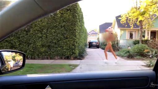 加拿大模特兒兼演員薛·米契爾(Shay Mitchell)在大街上半裸慢跑(圖/翻攝自Shay Mitchell YouTube)